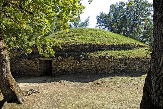 Tumulus of Bougon กลุ่มของเป็นสุสานเนินดินสมัยยุคหินใหม่ 5 เนิน