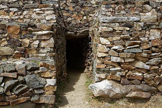 The Cairn of Barnenez สิ่งปลูกสร้างแห่งนี้เป็นไปได้ว่าอาจเก่าแก่ที่สุดในโลก