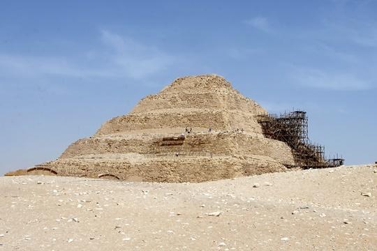 Pyramid of Djoser ป็นสิ่งก่อสร้างหินขนาดใหญ่ที่สร้างขึ้นโดยฝีมือมนุษย์และเก่าแก่มาก