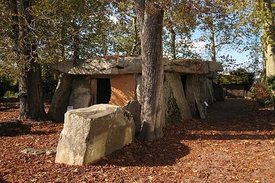 Dolmen de Bagneux สุสานแบบห้องเดียวที่สร้างจากหินขนาดใหญ่