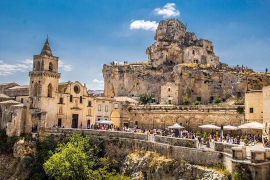 นครถ้ำซัสซีและอุทยานโบสถ์หินแห่งมาเตรา (The Sassi and the Park of the Rupestrian Churches of Matera) – อิตาลี